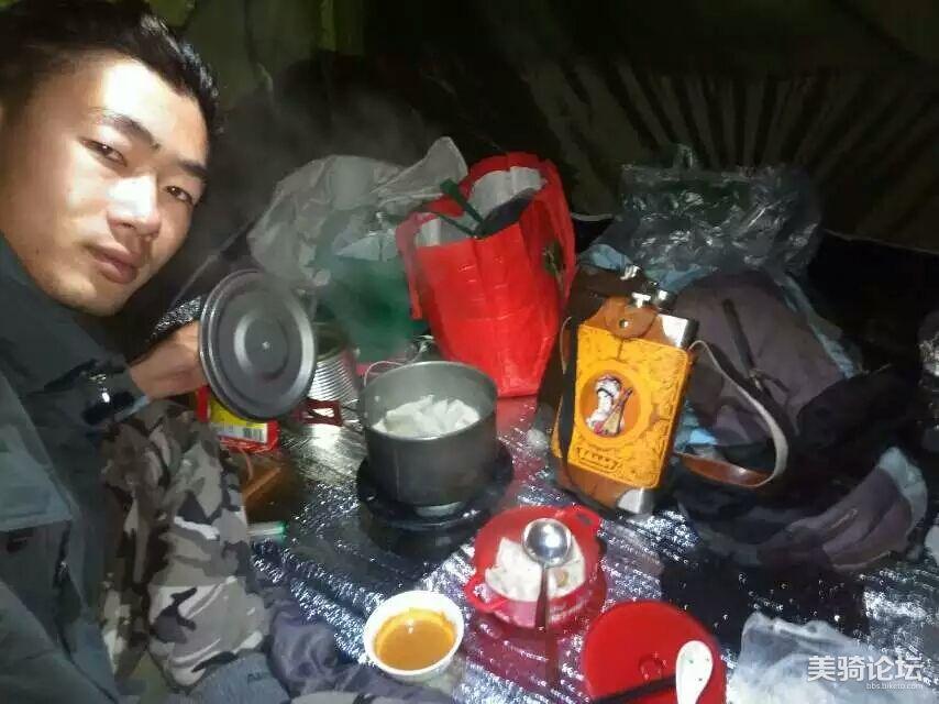 在路上宿营做饭。