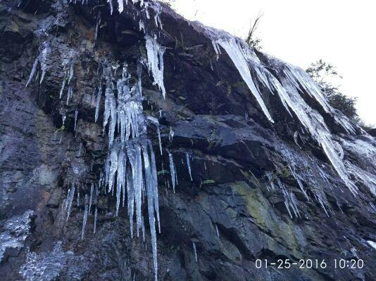 山边的冰挂