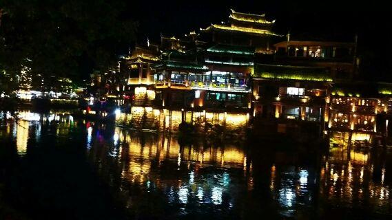 凤凰古镇夜景。