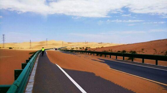 漫漫无边的沙漠公路。