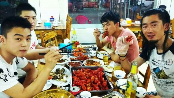 小龙虾吃起来。