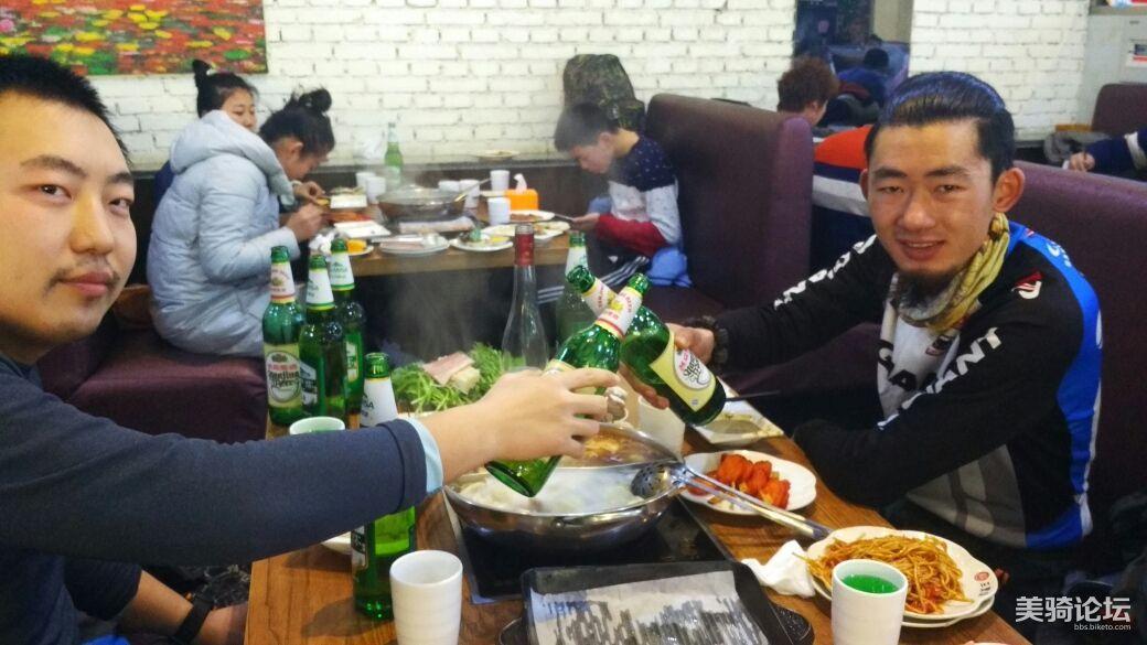 临淄和圣菲在自助餐厅狂饮。