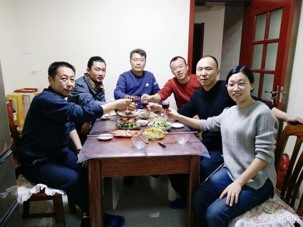 平度下雪,我和车友们吃饺子。