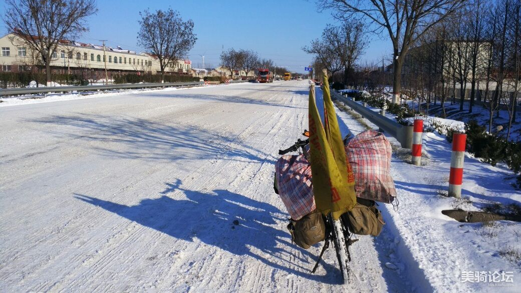 下雪路太滑,摔了好几次。