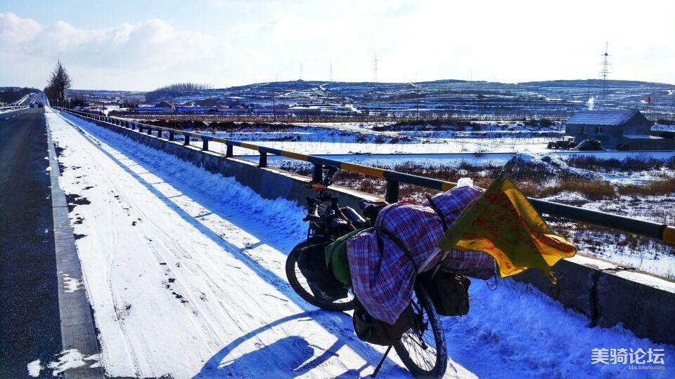 路上雪滑,慢慢骑。