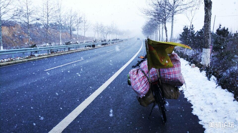 风雪交加,继续骑行。
