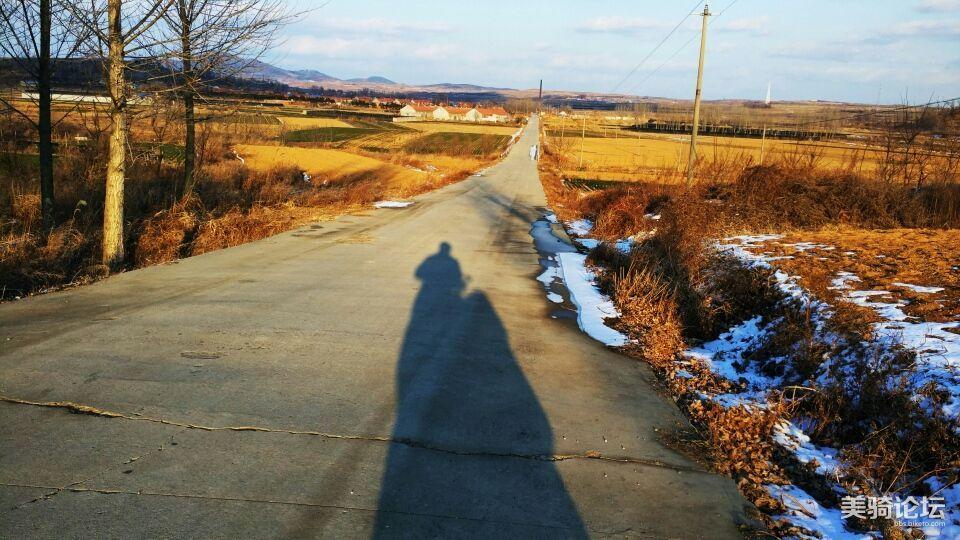 遥望山下的小村,那就是我的老家。