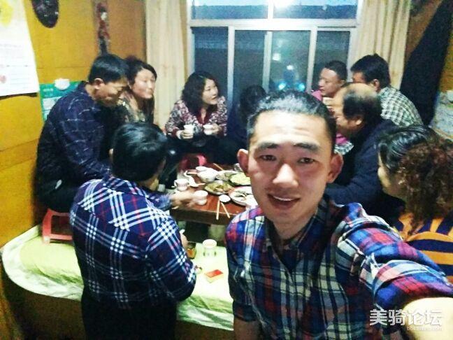 春节期间在亲戚家聚餐。