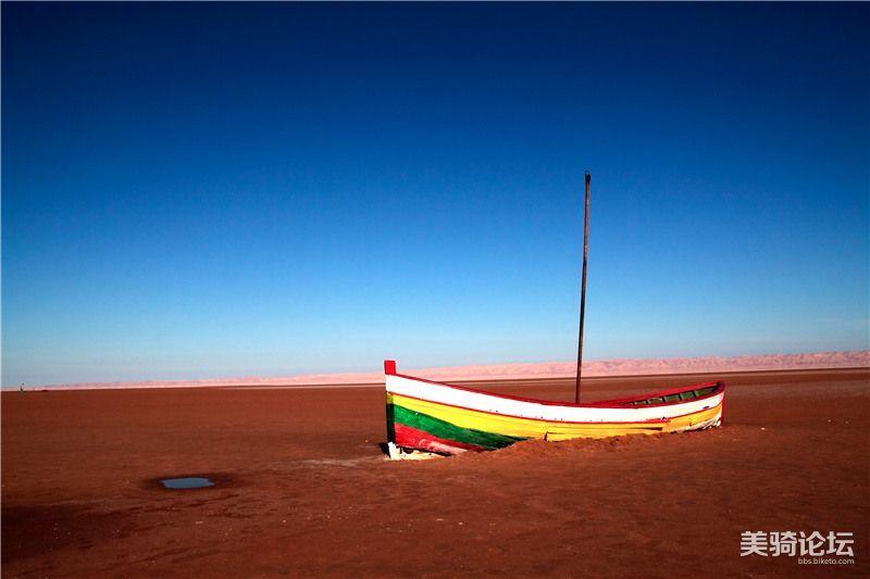 摄图网-在突尼斯的沙漠中的一条船_副本.jpg