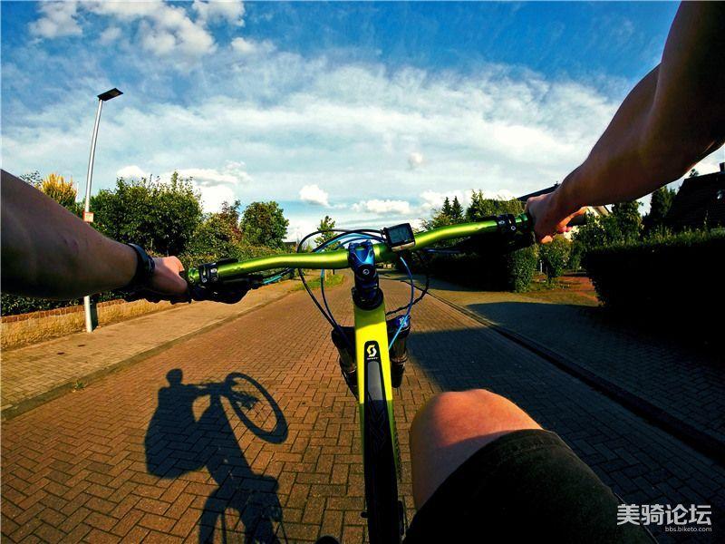 摄图网-行驶中的自行车_副本.jpg