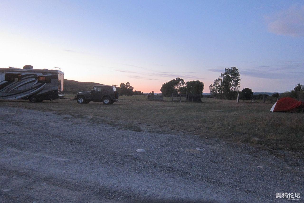 露營地點,在私人露營地門口外,另有一露營車駕駛不得其門而入.jpg